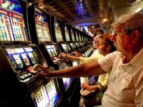 美国老人迷恋上赌场打发时间