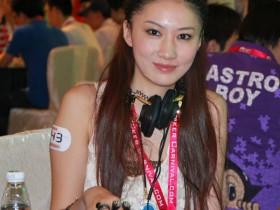 扑克桌上的美女(组图)